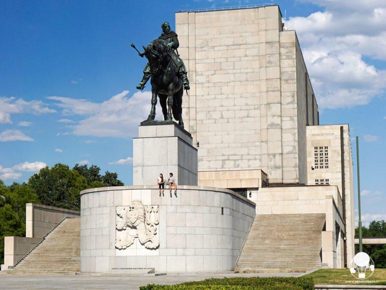 praga-collina-di-vitkov-monumento-equestre-dedicato-a-jan-zizka-berightback