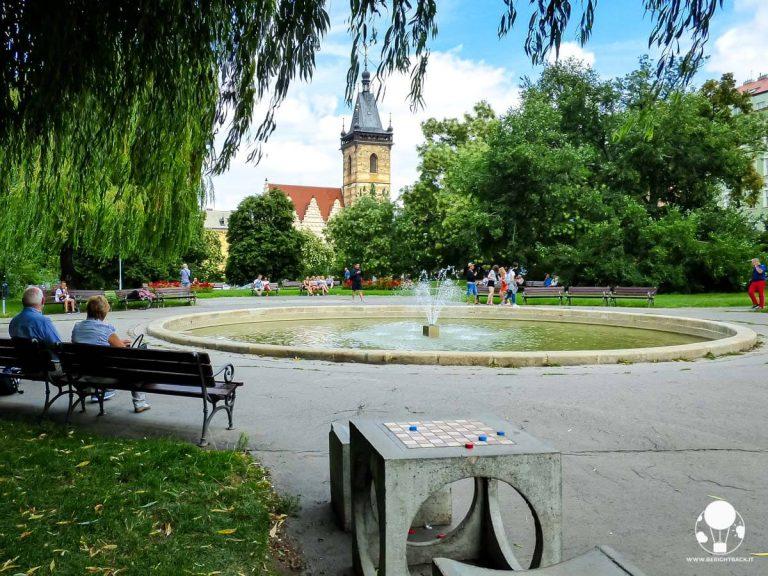 praga-piazza-carlo-con-parco-e-municipio-citta-nuova-berightback