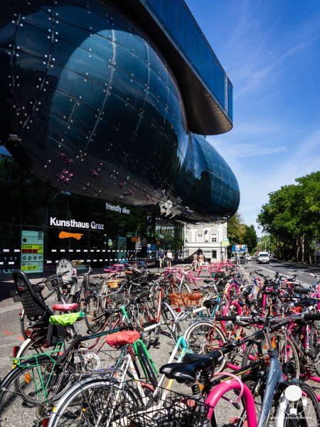 graz stiria austria kunsthaus friendly alien dall'esterno plexiglas biciclette