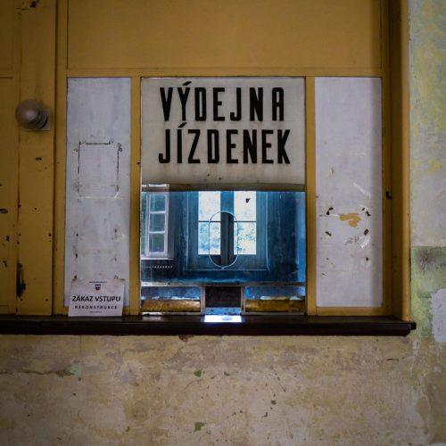 moldava-confine-repubblica-ceca-germania-krusne-hory-biglietteria-stazione-ferroviaria-fantasma-berightback-2-min