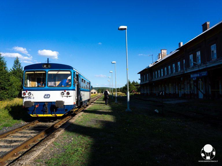 moldava-confine-repubblica-ceca-germania-krusne-hory-treno-in-stazione-ferroviaria-storica-berightback-min