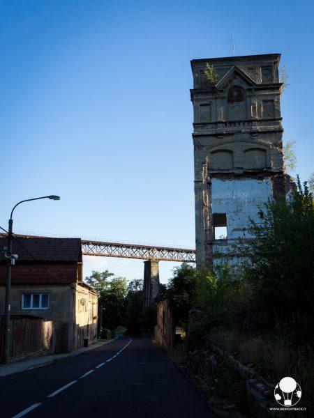 moldava-strada-verso-confine-repubblica-ceca-germania-krusne-hory-ponte-ferroviario-berightback-2-min
