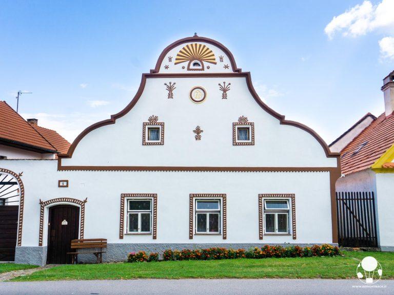 holasovice boemia del sud villaggio unesco repubblica ceca fattoria frontone bianco giallo rosso