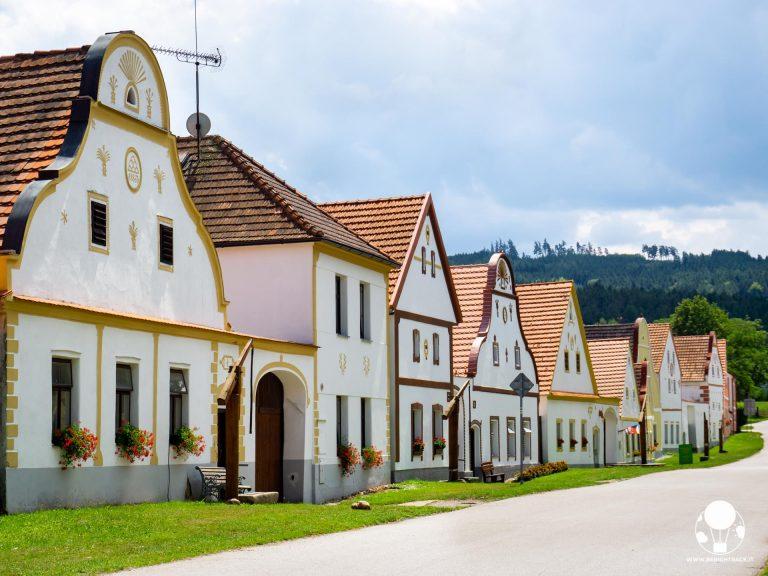holasovice boemia del sud villaggio unesco repubblica ceca fila fattorie lato destro paese in stile barocco popolare rurale