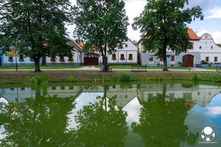 holasovice boemia del sud villaggio unesco repubblica ceca riflesso fattorie su stagno al centro della piazza