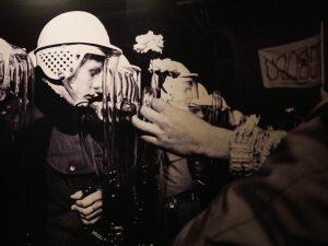Rivoluzione di Velluto, i manifestanti rispondono alla polizia con i fiori al posto delle armi