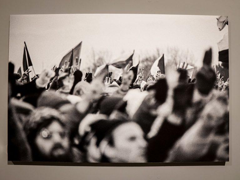 Rivoluzione di Velluto, bandiere al vento e mani in aria col segno V