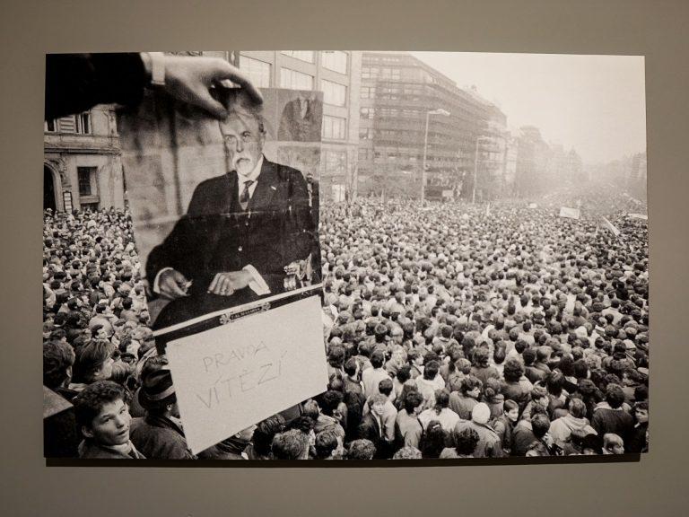 Rivoluzione di Velluto, Piazza Venceslao stracolma e foto di Masaryk in bella mostra