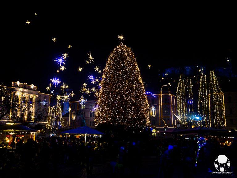 lubiana mercatini di natale piazza centrale preseren con albero di natale e stelle luci bancarelle
