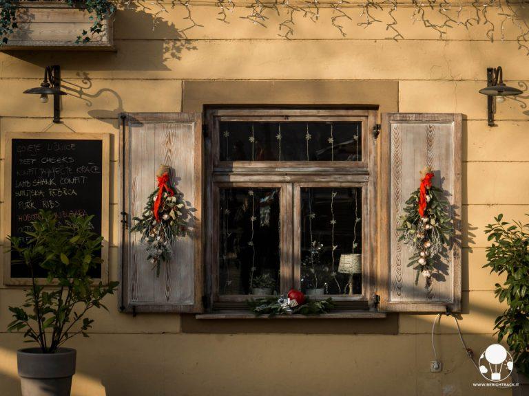 lubiana finestra ristorante lungofiume con decorazioni natalizie
