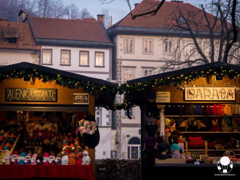 mercatini-di-natale-lubiana-lungofiume-souvenir-accessori-berightback