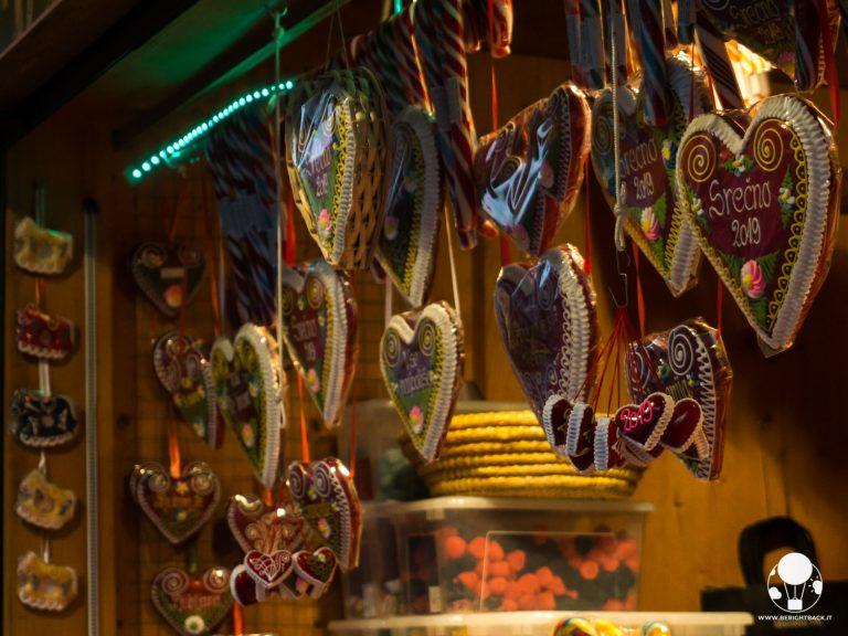 mercatini-di-natale-lubiana-tipici-cuori-ricamati-pan-di-zenzero-miele-berightback