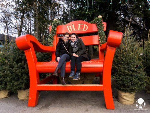 mercatino-di-natale-lago-di-bled-slovenia-sedia-legno-gigante-foto-ricordo-berightback