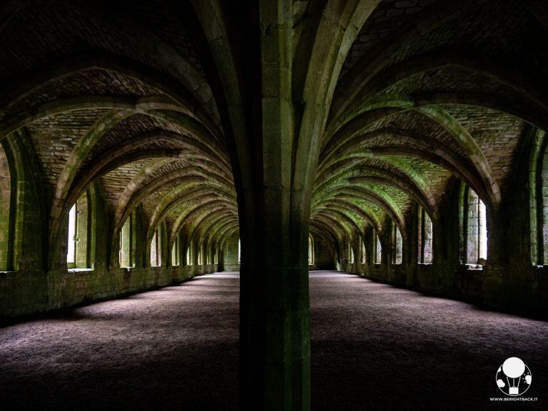 La perfetta simmetria delle due piccole navate del chiostro dell'abbazia di Fountains