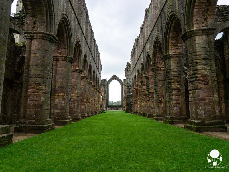 Se dall'esterno è la torre del campanile a svettare, dall'interno dell'abbazia di Fountains non si può non rimanere a bocca aperta davanti alla navata centrale della chiesa