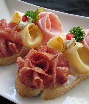 antipasti tradizionali repubblica ceca chlebicky crostini con insalata di patate prosciutto salame uovo formaggio