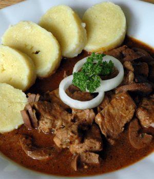 portata principale tradizionale repubblica ceca gulas anelli di cipolla fresca e knedliky
