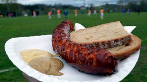 secondi piatti tipici repubblica ceca klobasa salsiccia grigliata con pane nero e senape