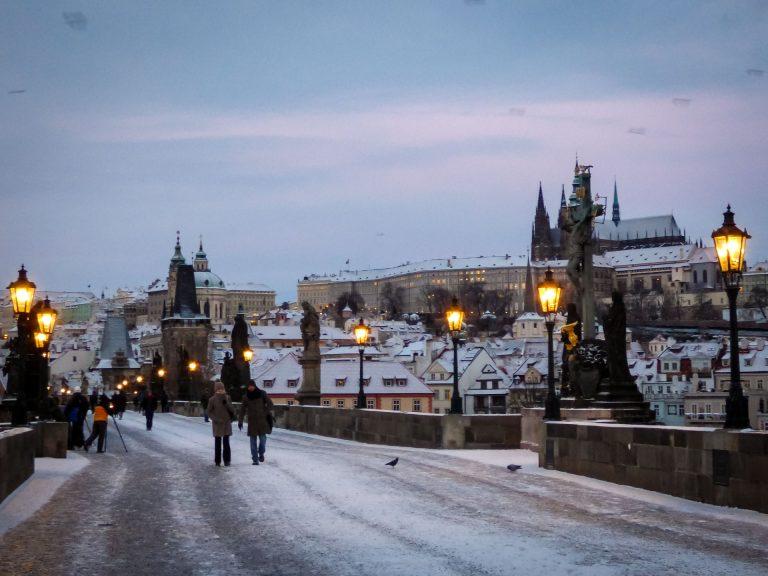 praga ponte carlo in inverno mattina presto alba neve sul castello