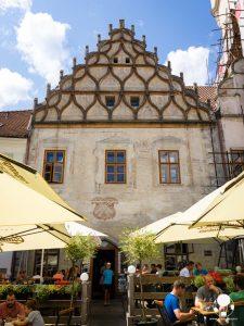 tabor repubblica ceca boemia meridionale cosa vedere case borghesia frontone decorato merlature e affreschi accanto a municipiopiazza zizka