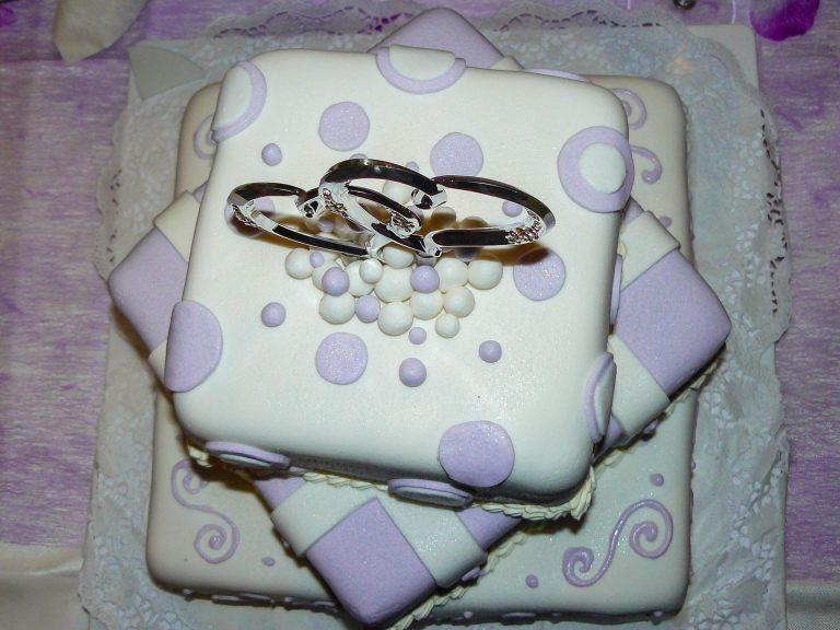 torta marzapane pasta di zucchero matrimoniale bianca viola con cuori