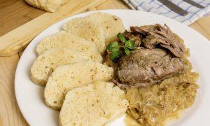portata principale tradizionale repubblica ceca vepro knedlo zelo stufato di maiale con crauti e knedliky