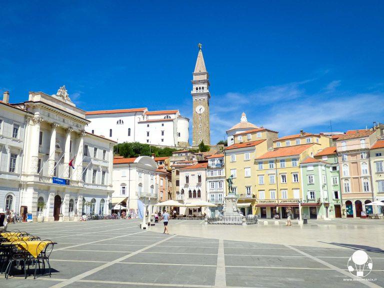 La Piazza Tartini a Pirano si affaccia su un porticciolo sul Mare Adriatico