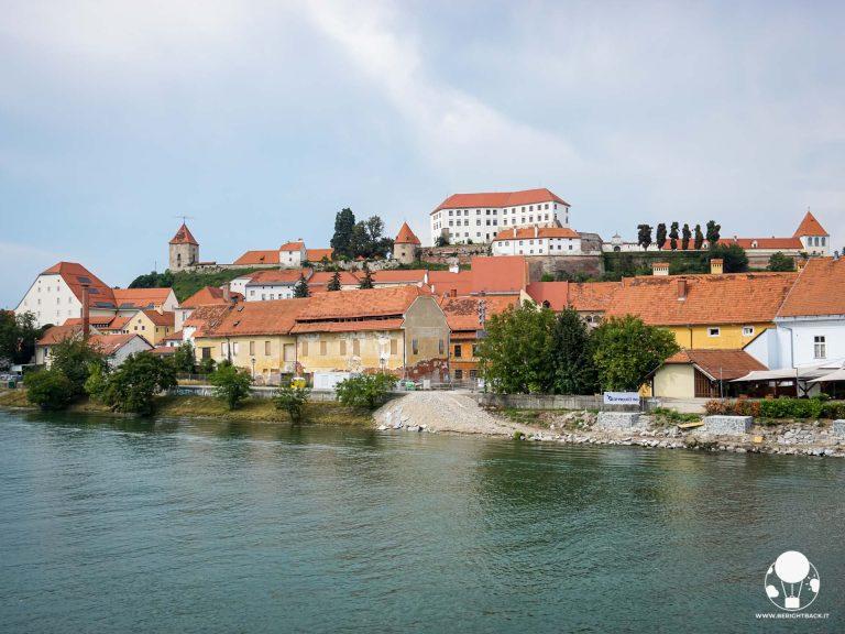 Il castello di Ptuj ed il centro storico della città dalle rive del fiume Drava