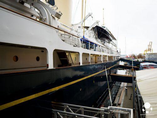 Le considerevoli dimensioni della Royal Yacht Britannia, l'ultima nave della famiglia reale britannica