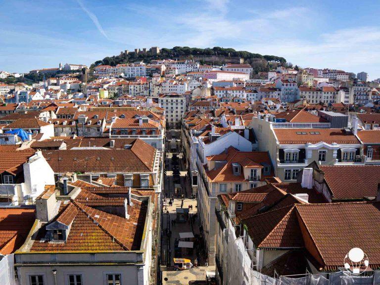 Vista sul castello di Lisbona e sui tetti del centro storico dall'Elevador de Santa Justa