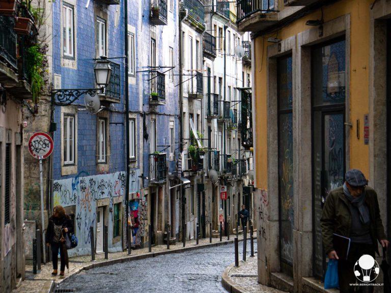 Le facciate dei palazzi del Bairro Alto di Lisbona sono un tripudio di azulejos