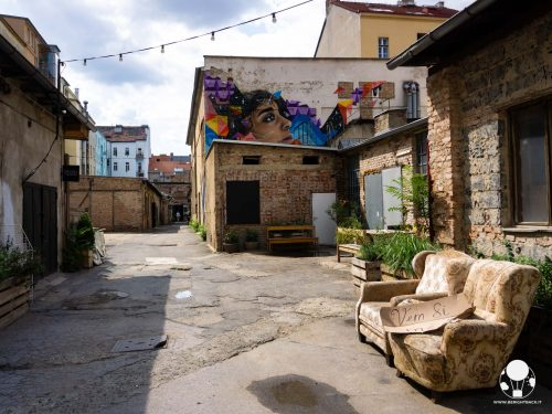 praga-7-quartiere-holesovice-vnitroblock-murales-esterni-berightback