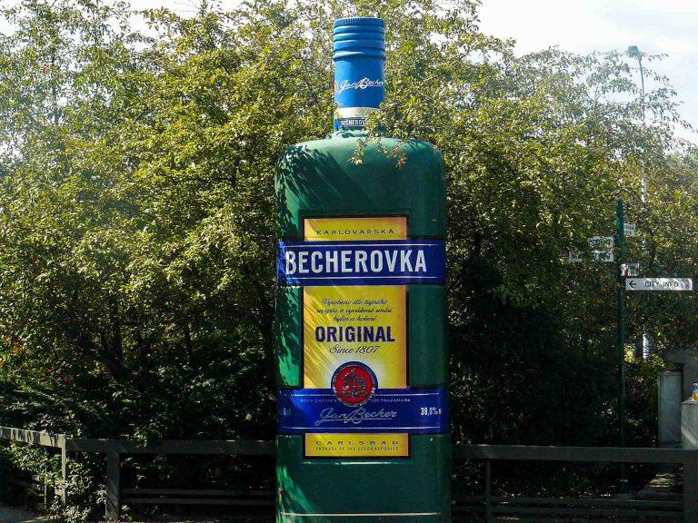 becherovka-digestivo-alle-erbe-tipico-karlovy-vary-repubblica-ceca-berightback