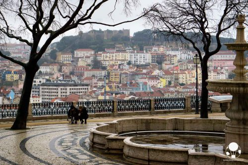 miradouro-de-sao-pedro-de-alcantara-fontana-lisbona-vista-panoramica-berightback
