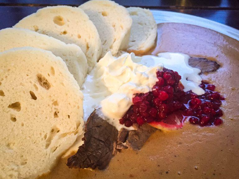 piatto-tipico-repubblica-ceca-gulas-con-knedliky-e-mirtilli-rossi-berightback