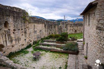 campello-sul-clitunno-borgo-campello-alto-cortile-berightback