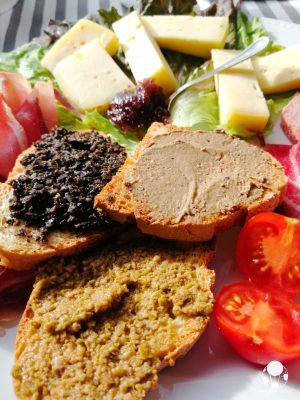 A Campello sul Clitunno tra i piatti tipici non possono mancare le bruschette al patè di olive