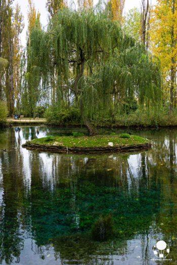 Le Fonti del Fiume Clitunno sono raccolte in un lago dall'acqua cristallina