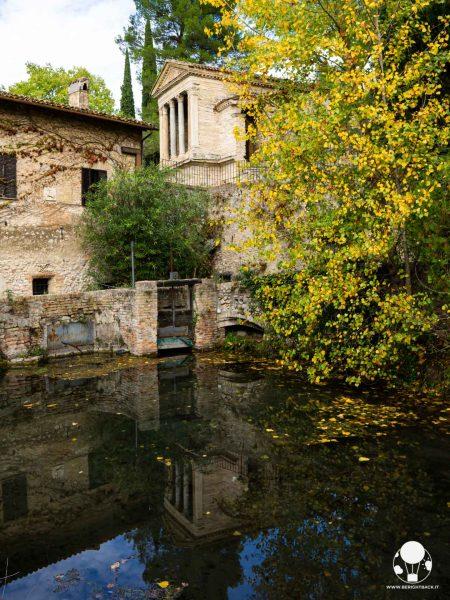 Campello sul Clitunno, il Tempietto longobardo patrimonio UNESCO si rispecchia nel laghetto sottostante
