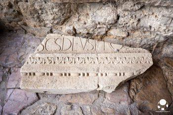 Campello sul Clitunno, un frammento all'interno del Tempietto longobardo patrimonio UNESCO