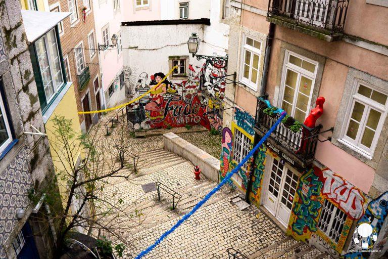 lisbona-street-art-mouraria-tradizione-portoghese-del-fado-escadinhas-de-sao-cristovao-berightback-min