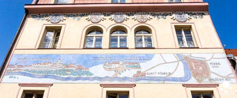 pisek-graffito-con-storia-della-nascita-della-citta-su-facciata-casa-berightback