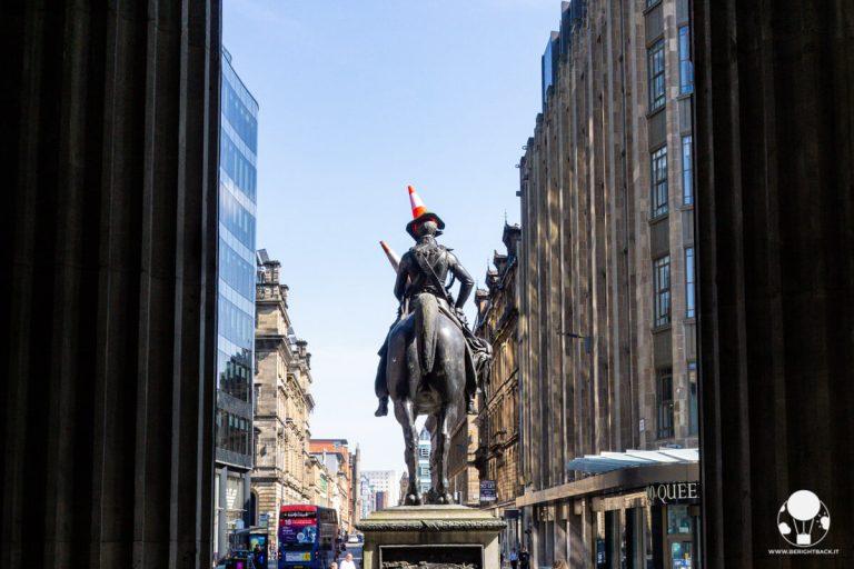 glasgow-statua-duca-di-wellington-con-cono-stradale-simbolo-citta-berightback