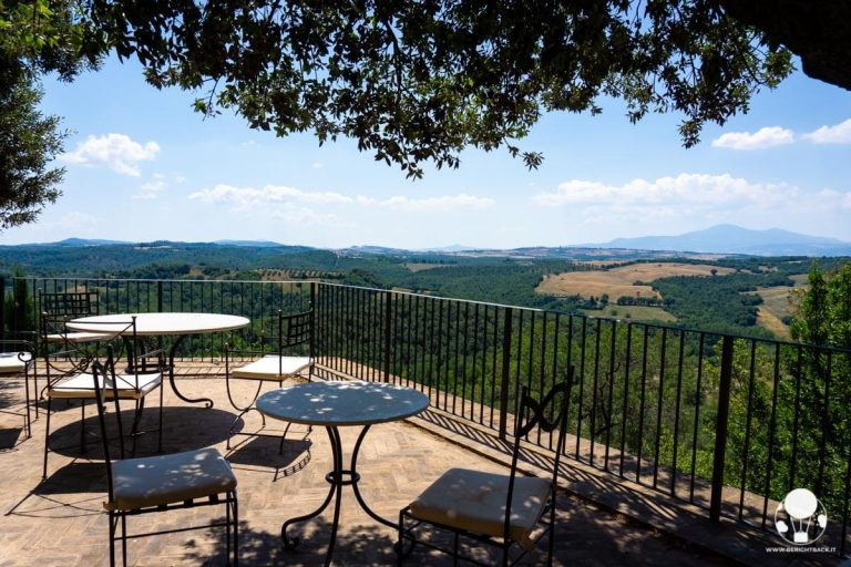 castelmuzio-borgo-salotto-valdichiana-senese-belvedere-con-vista-su-amiata-e-val-orcia-berightback