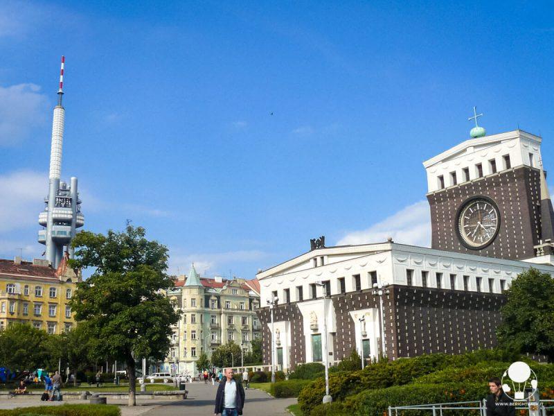 piazza-jiriho-z-podebrad-praga-zizkov-chiesa-torre-tv-berightback