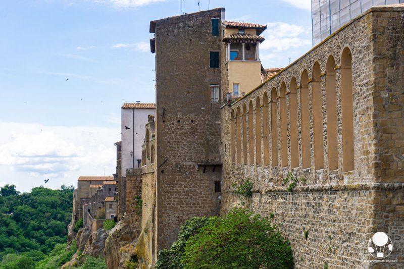 pitigliano-borgo-del-tufo-maremma-acquedotto-mediceo-case-di-tufo-berightback