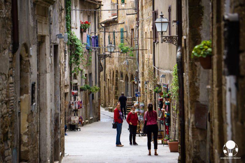 pitigliano-borgo-del-tufo-via-zuccarelli-storie-quotidiane-berightback