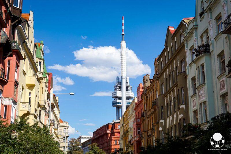 praga-quartiere-zizkov-palazzi-colorati-torre-della-televisione-berightback