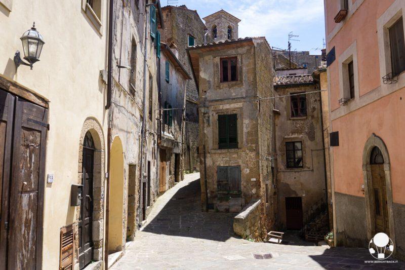 sorano-borgo-del-tufo-vicoli-caratteristici-centro-storico-berightback