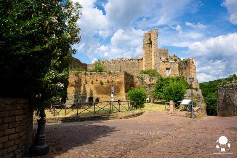 sovana-borgo-del-tufo-resti-rocca-aldobrandesca-berightback